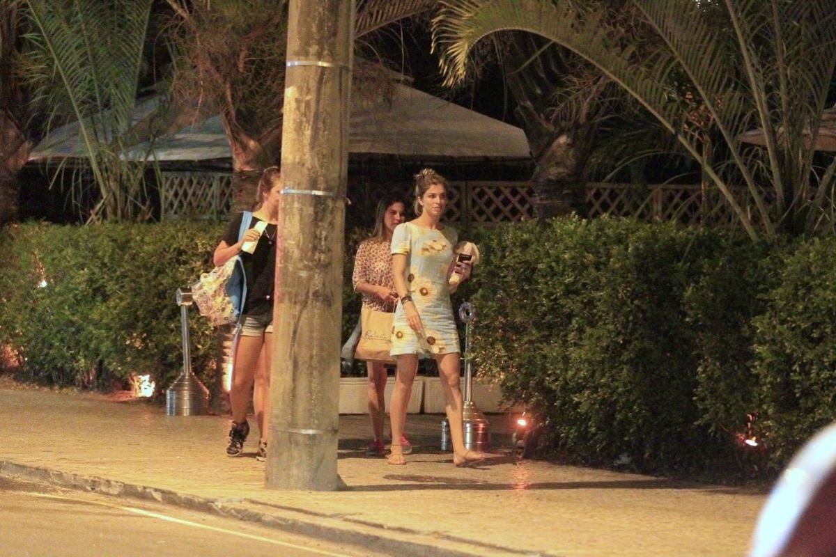 24.fev.2014 - Grazi Massafera é clicada com a filha Sofia e amigas em um restaurante da Barra da Tijuca, no Rio