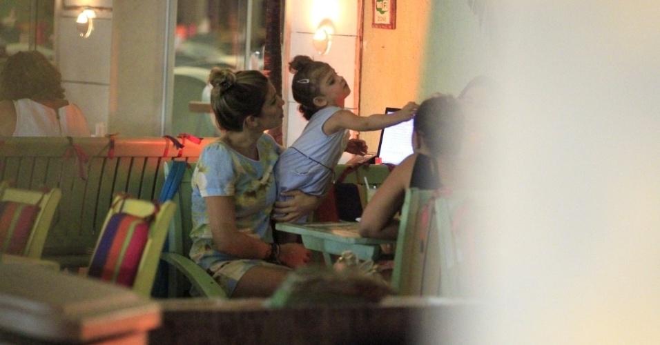 24.fev.2014 - Grazi Massafera é clicada com a filha Sofia em um restaurante da Barra da Tijuca, no Rio
