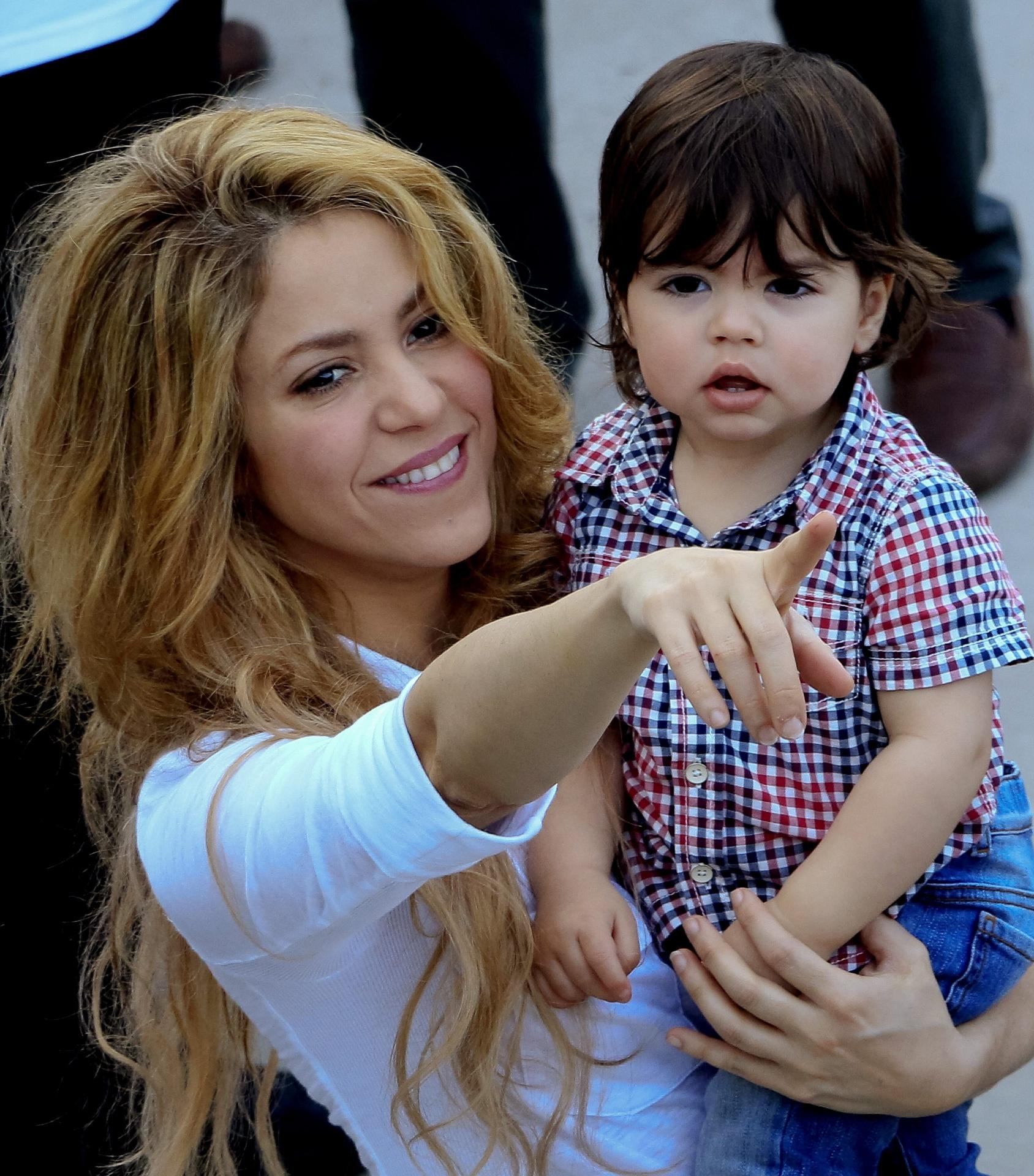 24.fev.2014 - Shakira levou o filho, Milan, a uma inauguração de escola em Cartagena, na Colômbia. Fofo, o menino roubou a cena e interagiu com os outros presentes. O menino, de um ano, é filho da cantora e do jogador espanhol Gerard Piqué