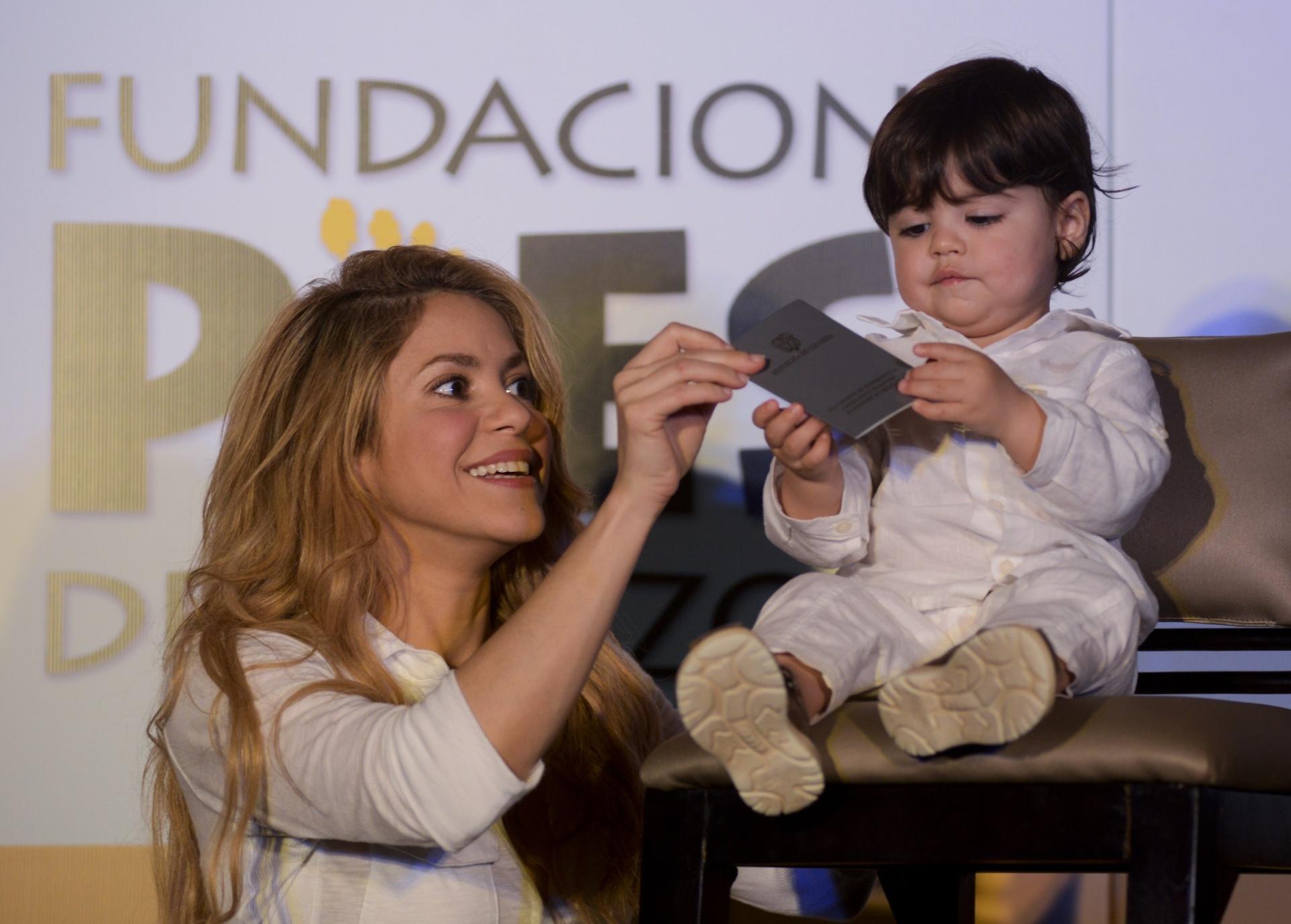 24.fev.2014 - Shakira levou o filho, Milan, a uma inauguração de uma escola em Cartagena, na Colômbia