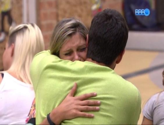 25.fev.2014 - Após eliminação de Roni, Tatiele chora e é consolada por Marcelo