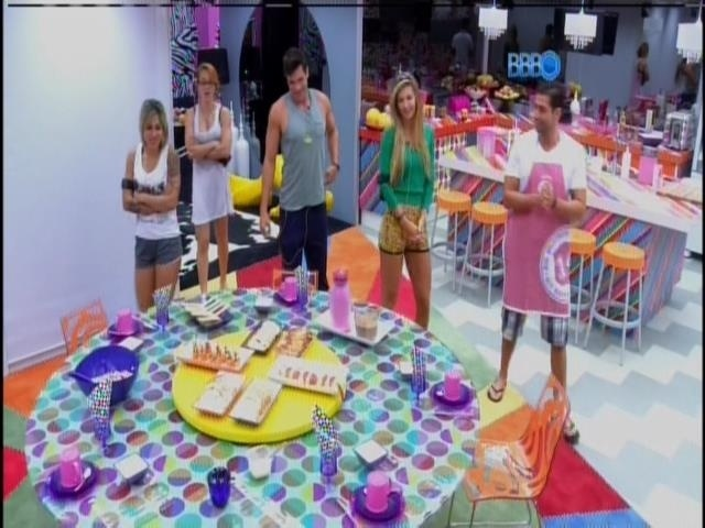 25.fev.2014 - Marcelo mostra o café da manhã que preparou para Roni