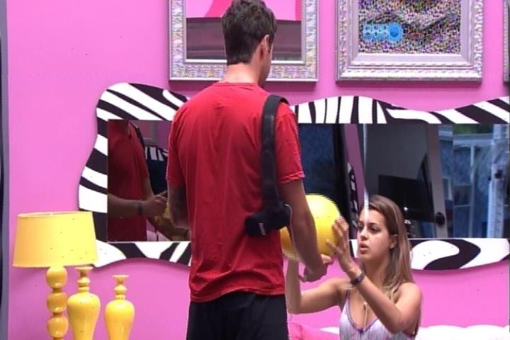 25.fev.2014 - Marcelo mostra para Angela objeto que caiu em sua cabeça enquanto dormia. A advogada faz piada sobre o surgimento de um possível galo no brother: