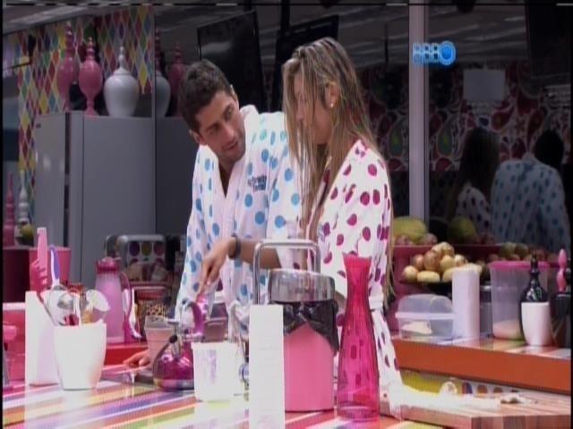 25.fev.2014 - Marcelo pergunta se Tatiele está chateada com Roni