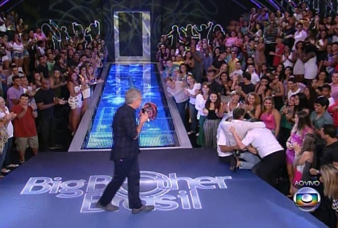 25.fev.2014 - Roni é eliminado com 60% da preferência popular; já do lado de fora, brother é recebido por Pedro Bial e familiares