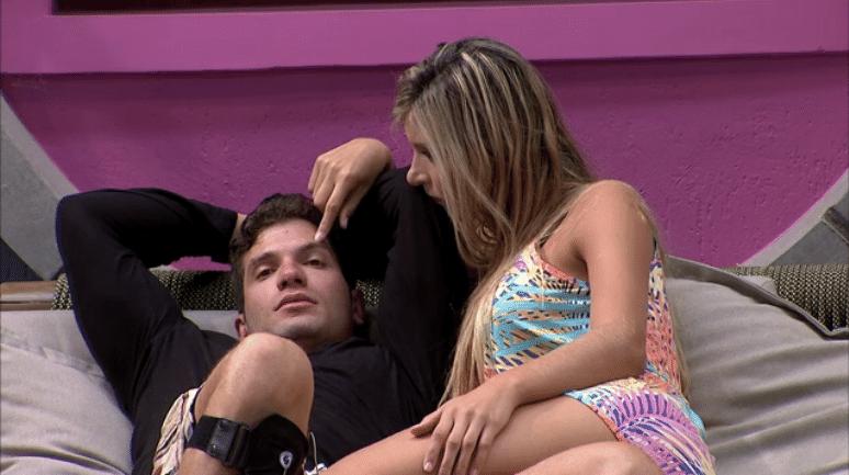 25.fev.2014 - Roni reclama de Cássio para Tatiele.