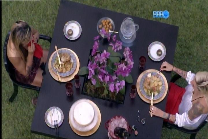 25.fev.2014 - Vanessa e Clara almoçam no quintal da casa do