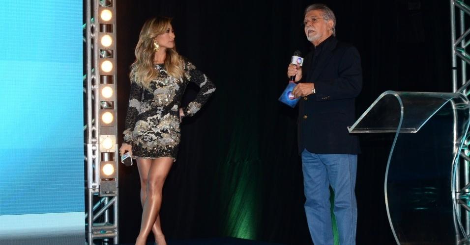25.fev.2014- De vestido curto, Sabrina Sato é apresentada a executivos da Rede Record ao lado de Domingo Meirelles como as novas apostas da emissora