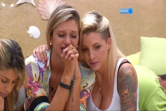 25.fev.2014 - Após eliminação de Roni, Tatiele chora e é consolada por Clara