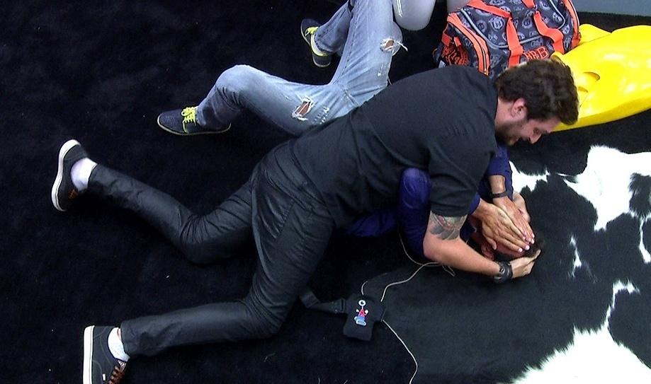25.fev.2014  - Com 60% da preferência popular, Roni é o 10º eliminado do reality; Diego cai no chão, chora e é abraçado por Cássio