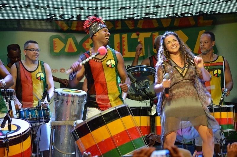 25.fev.2014 - Levi Lima e Daniela Mercury fecham o último ensaio do Olodum em Salvador
