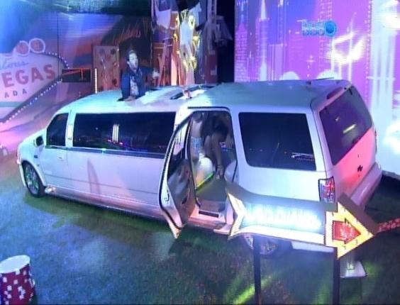 26.fev.2014 - Ao som de música eletrônica, brothers são chamados para participarem da Festa Vegas; a produção do programa colocou ainda uma limousine no jardim da casa