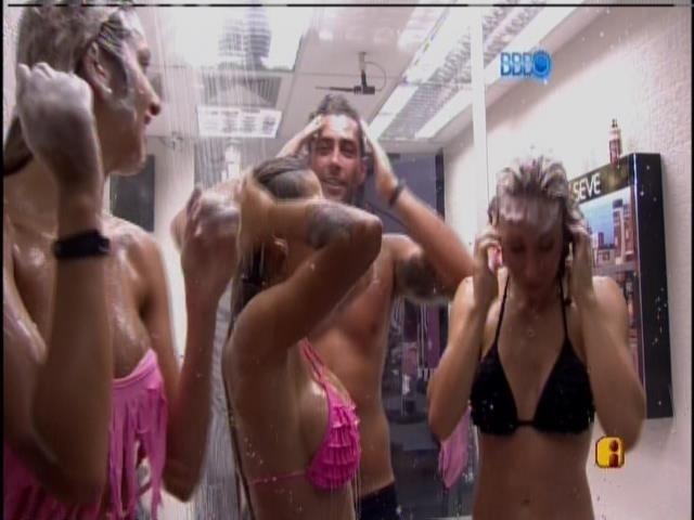 26.fev.2014 - Brothers da casa grande também tomaram banho coletivo
