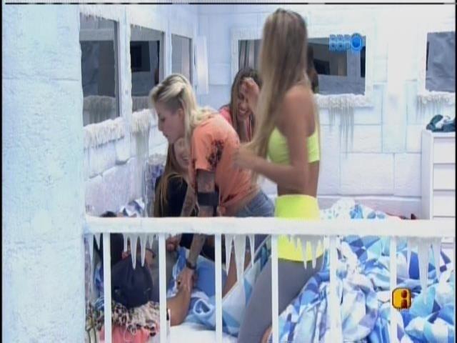 26.fev.2014 - Clara brinca de dominar Marcelo