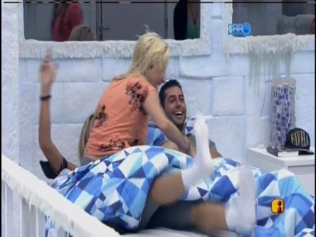 26.fev.2014 - Clara brinca e sobe em cima de Tatiele