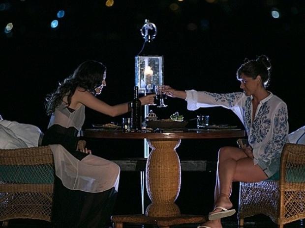 """26.fev.2014 - """"Em Família"""", Clara e Marina jantam juntas em Angra dos Reis"""