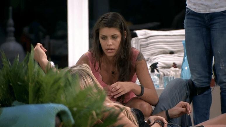 26.fev.2014 - Franciele conversa com Tatiele e sugere que
