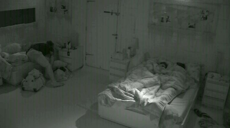 26.fev.2014 - Mesmo com promessa, Franciele e Diego dormem juntos no quarto Sibéria e trocam carícias