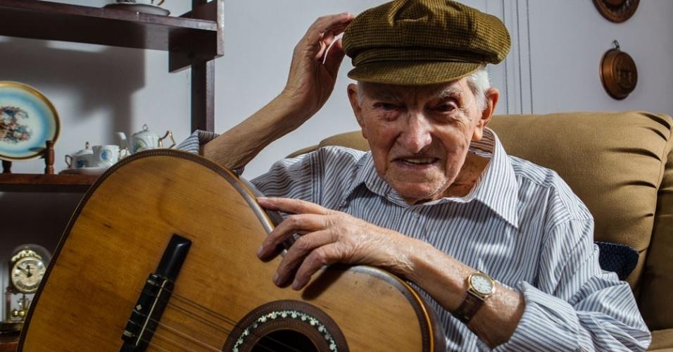 """4.fev.2013 - Ernesto Paulelli, o Arnesto do """"Samba do Arnesto"""", de Adonira Barbosa, em sua casa, em São Paulo"""