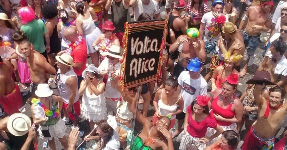 Bloco Volta, Alice desfila pelas ruas de Laranjeiras com repertório próprio