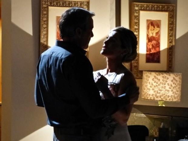 Thomaz e Heloísa não resistem e se beijam