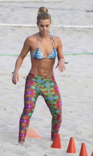 24.fev.2014 - Carolina Dieckmann faz exercício na praia de São Conrado, no Rio