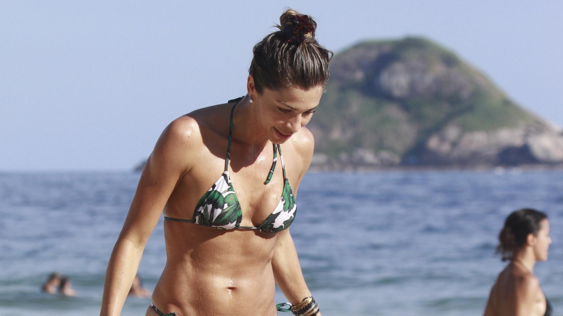 25.jan.2014 - Grazi Massafera na praia da Barra da Tijuca, no Rio de Janeiro