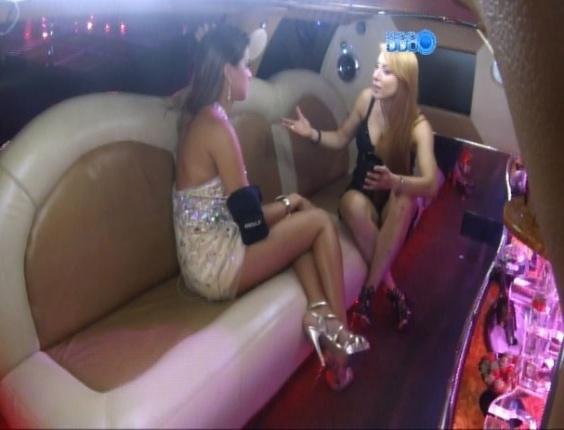 26.fev.2014 - Minutos depois, Marcelo força a barra e coloca Angela e Aline dentro da limousine, frente a frente, para uma