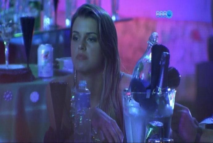 26.fev.2014 - Sentada ao lado de Marcelo, Angela diz que gostaria de se acertar logo com Aline e