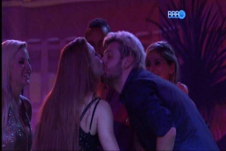 27.fev.2014 - Aline beija Cássio na boca em