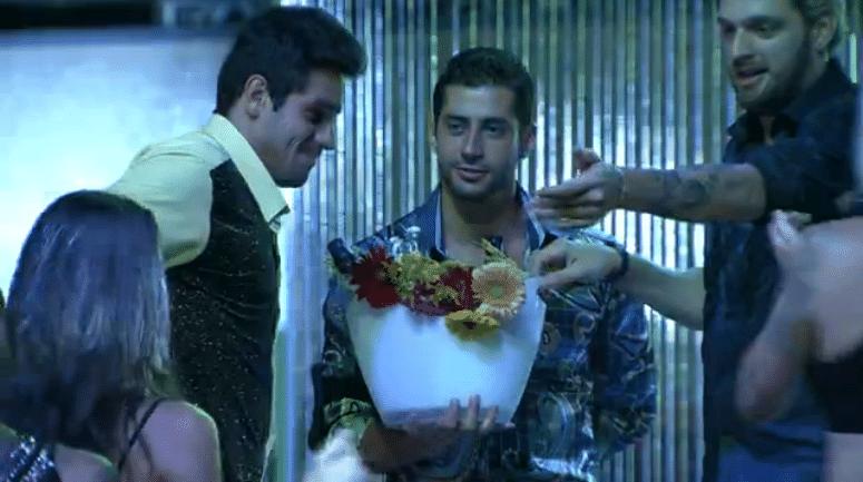 27.fev.2014 - Boninho envia flores ao casal Diego e Franciele e as torcidas criticam o diretor pela internet