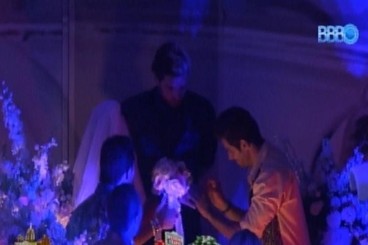 27.fev.2014 - Diego e Franciele se casam durante a Festa Vegas.