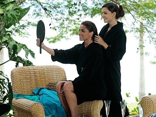 """27.fev.2014 - """"Em Família"""", Marina arruma os cabelos de Clara"""