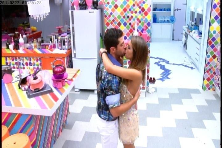 27.fev.2014 - Marcelo e Angela se beijam escondidos na cozinha, longe da Festa Vegas