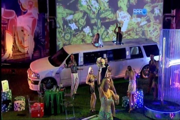 27.fev.2014 - Tatiele pega o buquê jogado por Franciele após seu casamento na Festa Vegas.