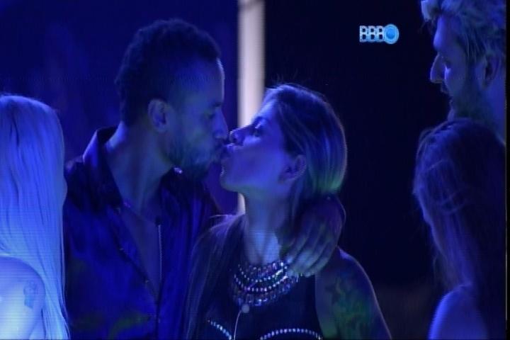 27.fev.2014 - Valter dá beijinho também em Vanessa durante