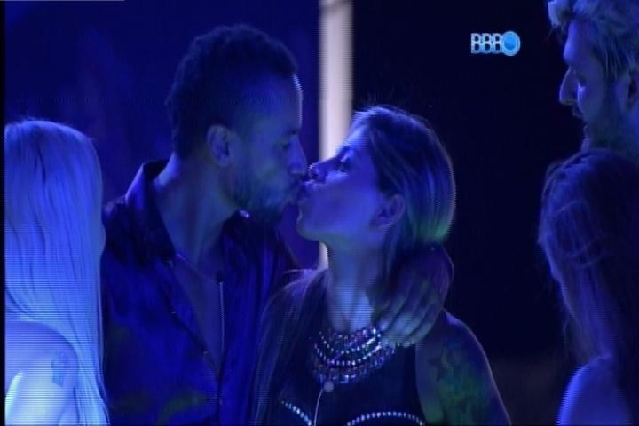 27.fev.2014 - Valter também beija Vanessa em