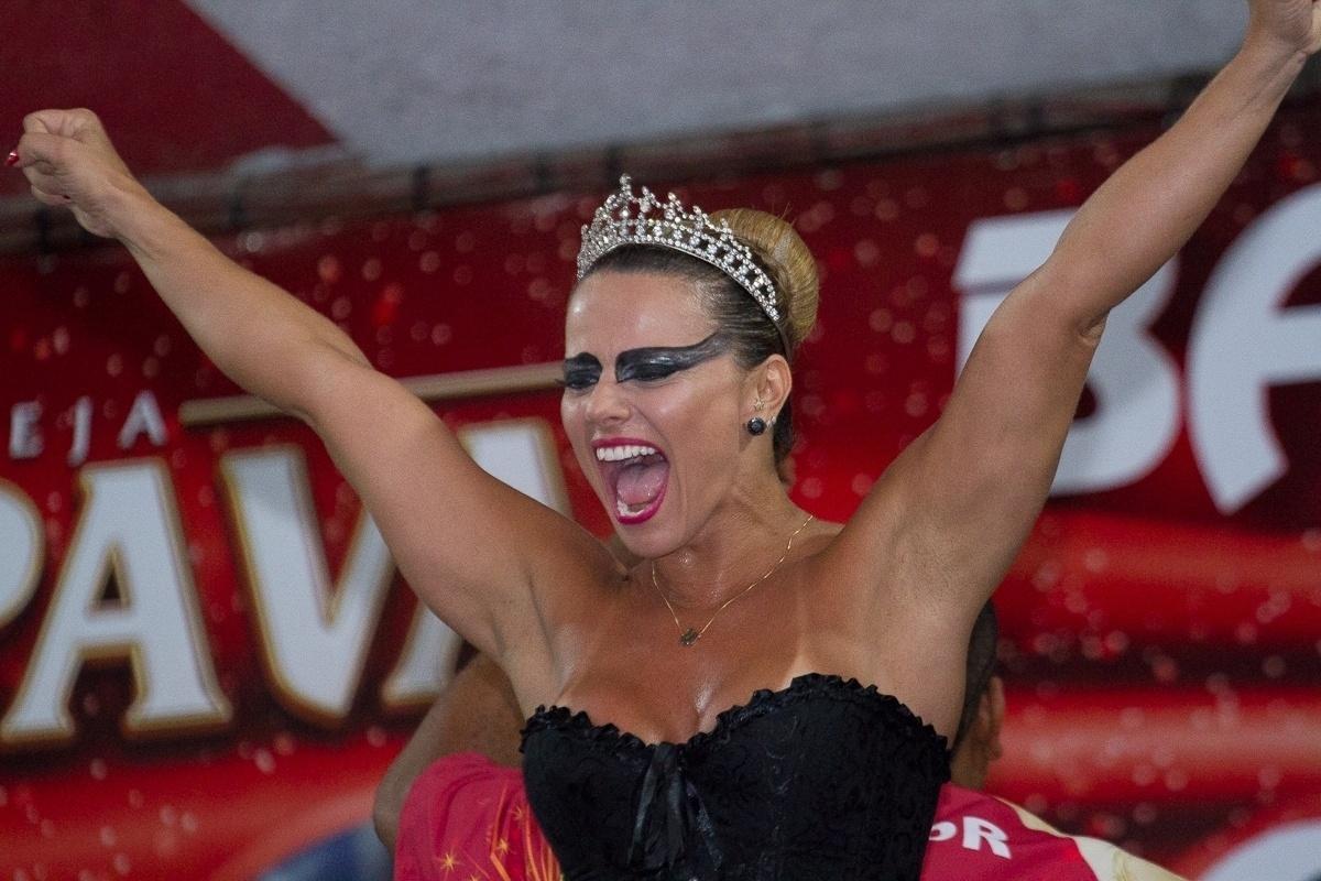 27.fev.2014 - Fantasiada de cisne negro, Viviane Araújo diverte-se no baile à fantasia do Salgueiro na quadra da escola, da qual é rainha de bateria