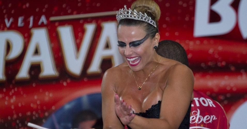 27.fev.2014 - Fantasiada de cisne negro, Viviane Araújo prestigia o baile à fantasia do Salgueiro na quadra da escola, da qual é rainha de bateria