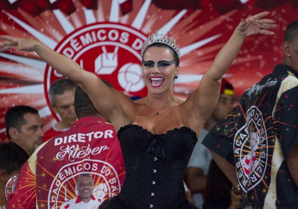 27.fev.2014 - Viviane Araújo se fantasia de cisne negro no baile à fantasia do Salgueiro, escola de samba da qual é rainha de bateria