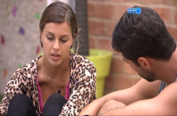 28.fev.2014 - Angela chama Marcelo para conversar sobre o futuro do dois dentro casa: