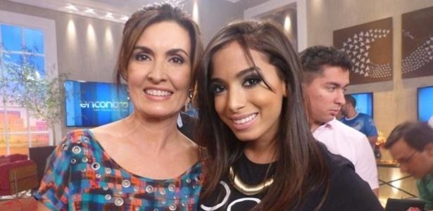 """28.fev.2014 - Anitta posa com Fátima Bernardes nos bastidores do """"Encontro"""""""