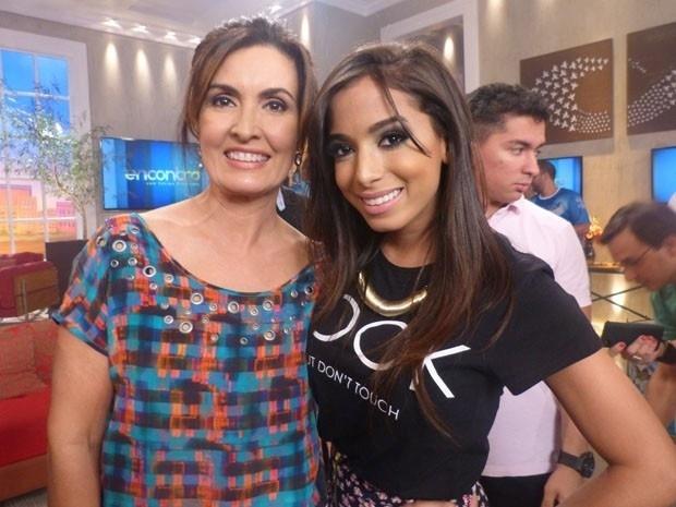 28.fev.2014 - Anitta posa com Fátima Bernardes nos bastidores do