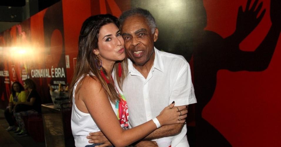 28.fev.2014 - Atriz Fernanda Paes Leme posa abraçada com o músico Gilberto Gil no Carnaval de Salvador, na Bahia