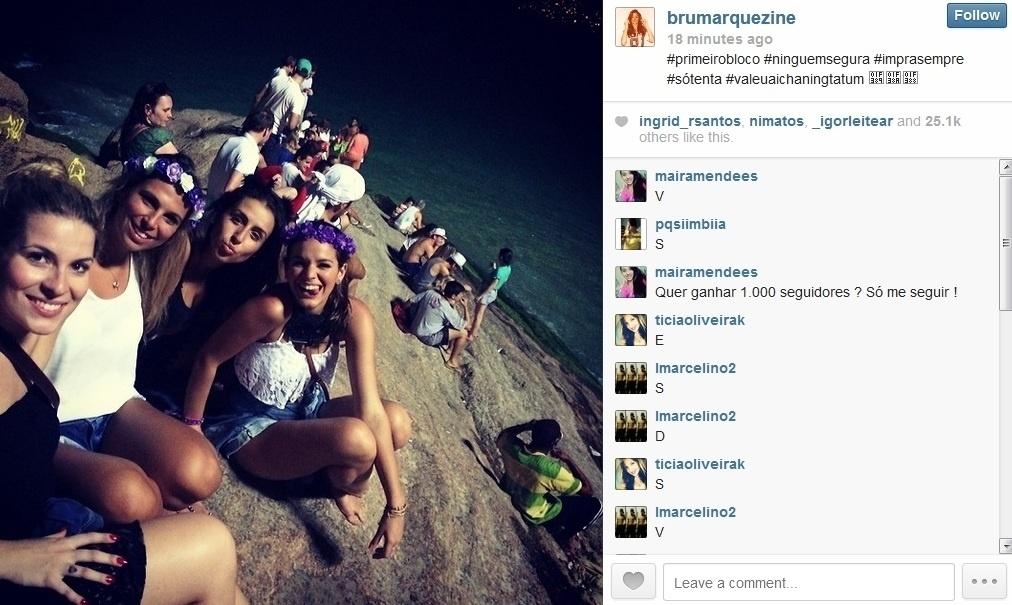 28.fev.2014 - Bruna Marquezine curtiu bloco de Carnaval no Rio acompanhada de amigas