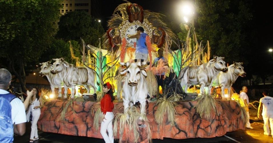 28.fev.2014 - Carro de acesso aguarda início dos desfiles do Grupo de Acesso no Rio de Janeiro
