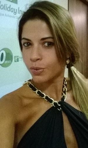 28.fev.2014 - Ex-BBB Cacau Colucci se prepara em hotel nos arredores do sambódromo do Anhembi para desfilar na Dragões da Real