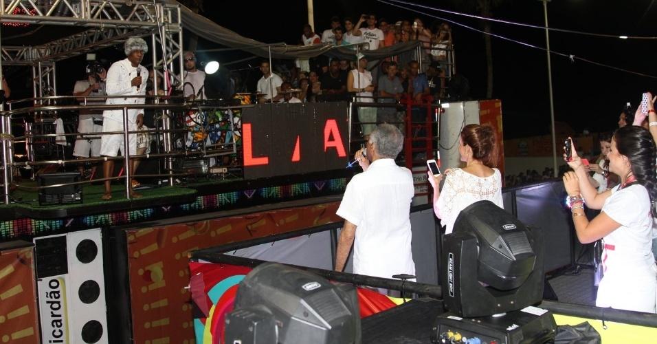 28.fev.2014 - Gilberto Gil canta com Psirico do camarote Expresso 2222, em Salvador.