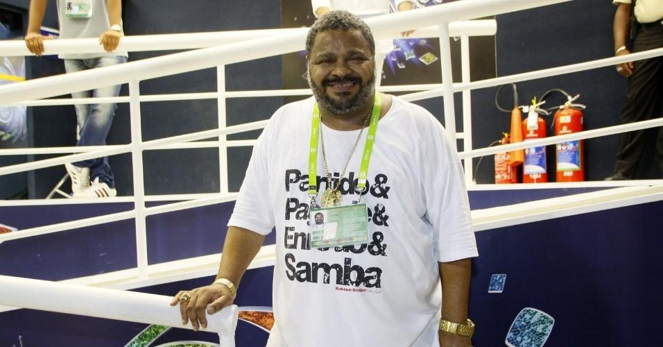28.fev.2014 - O sambista Arlindo Cruz aguarda o início do desfile da escola Em Cima da Hora, do Grupo de Acesso, no Rio