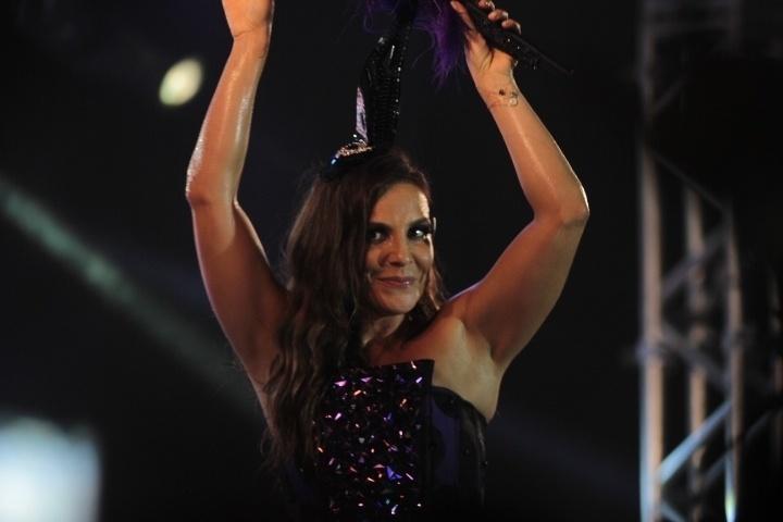 28.fev.2014- De pernas de fora, Ivete Sangalo anima foliões em camarote de Salvador